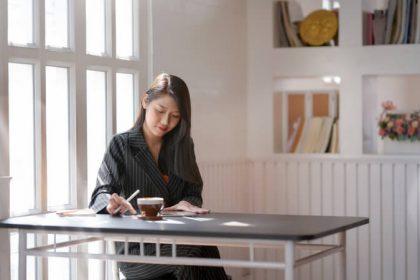 Nainen istuu ja työskentelee